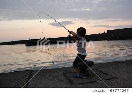サビキで8匹の魚を釣り上げた男の子(幼児) 68774047