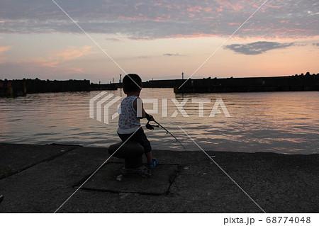 夕暮れの港で堤防釣りをする男の子(幼児) 68774048