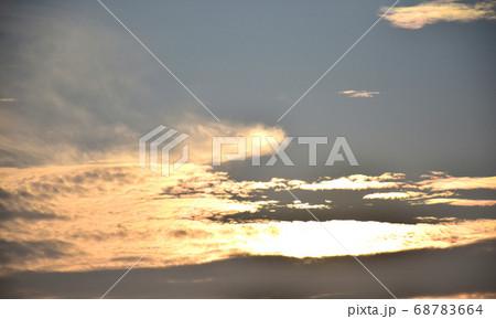 茜色に染まる朝焼け雲  日の出前の朝焼け雲 68783664