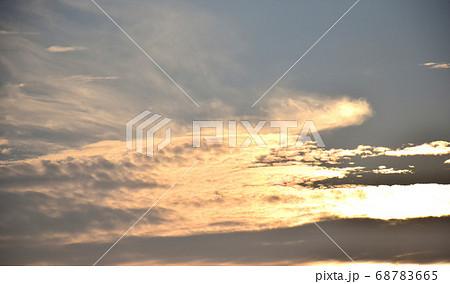 茜色に染まる朝焼け雲  日の出前の朝焼け雲 68783665