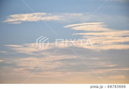 茜色に染まる朝焼け雲  日の出前の朝焼け雲 68783666