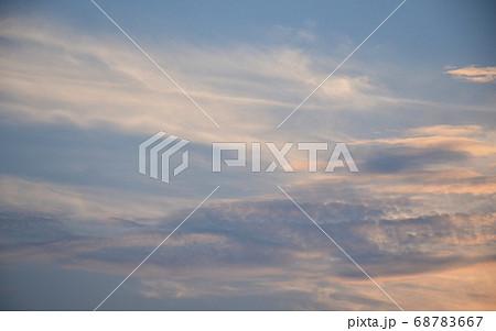茜色に染まる朝焼け雲  日の出前の朝焼け雲 68783667