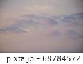 茜色に染まる朝焼け雲  日の出前の朝焼け雲 68784572