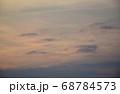 茜色に染まる朝焼け雲  日の出前の朝焼け雲 68784573