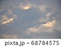 茜色に染まる朝焼け雲  日の出前の朝焼け雲 68784575