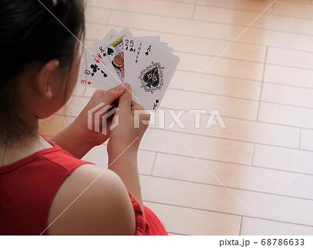 トランプカードゲームをする女の子 68786633
