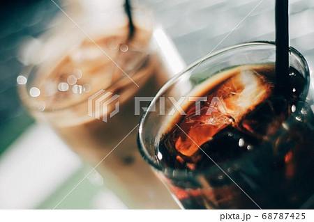 天気が良い日に屋外のテラスで飲むアイスコーヒーとアイスカフェラテ 68787425