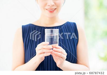 ミネラルウォーターを持つミドルの女性 68787432