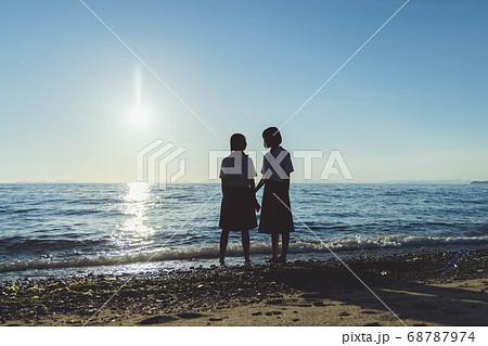 夕暮れの海にいる女子高生 68787974