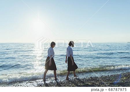 夕暮れの海にいる女子高生 68787975