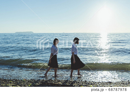 夕暮れの海にいる女子高生 68787978