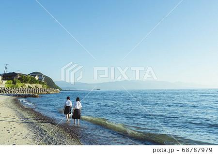夕暮れの海にいる女子高生 68787979