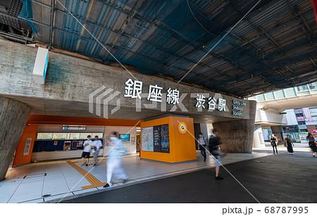 日本の東京都市景観 コロナ禍の中で迎えた戦後75年「終戦の日」の8月15日=東京・銀座線渋谷駅 68787995
