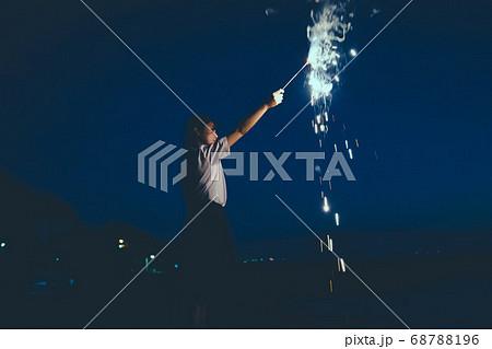 夜の海で花火をする女性 68788196
