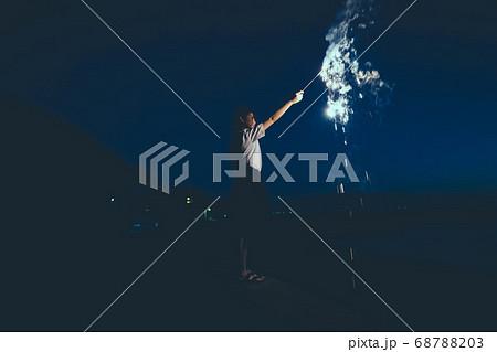 夜の海で花火をする女性 68788203