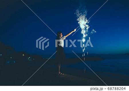 夜の海で花火をする女性 68788204