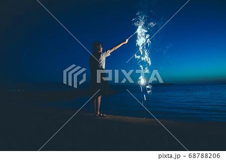 夜の海で花火をする女性 68788206