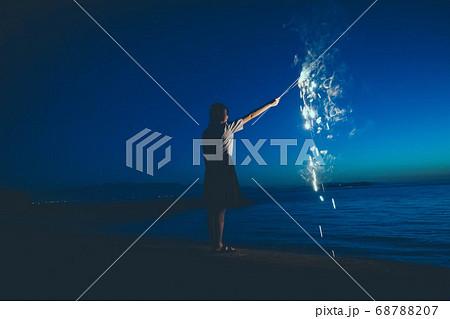 夜の海で花火をする女性 68788207