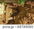 漏水していた自宅敷地内の地中水道配管を黒の新しい管に交換した工事 68789060