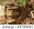 漏水していた自宅敷地内の地中水道配管を黒の新しい管に交換した工事 68789061