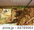 漏水していた自宅敷地内の地中水道配管を新しい黒い管に交換した工事 68789064