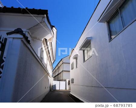 夏の東広島市西条町 青空に映える酒蔵の白壁 68793785