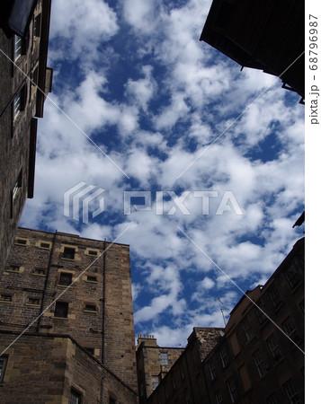 建物の間から見上げた空 エディンバラ イギリス 68796987