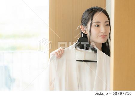 ファッションコーデに悩む若い女性 68797716