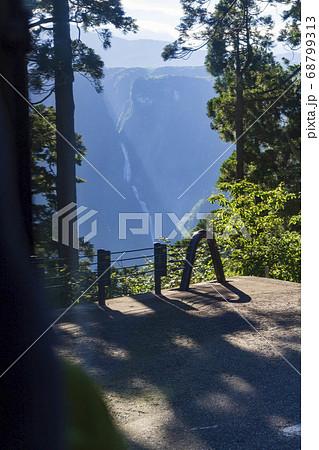 立山黒部アルペンルート バスの車窓から望む称名滝 68799313
