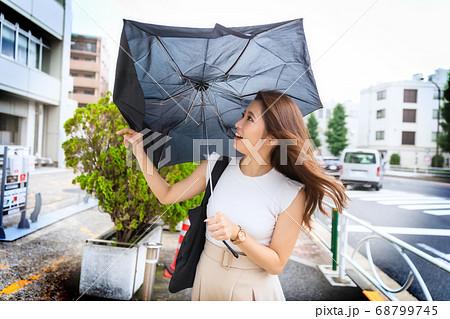 突風で折りたたみ傘が壊れた瞬間 68799745