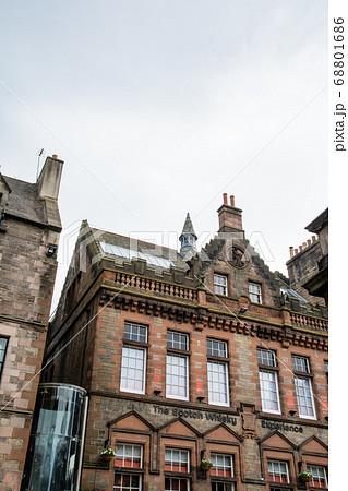 スコットランドのエジンバラの街並み 歴史的な石とレンガ造りの建物 68801686