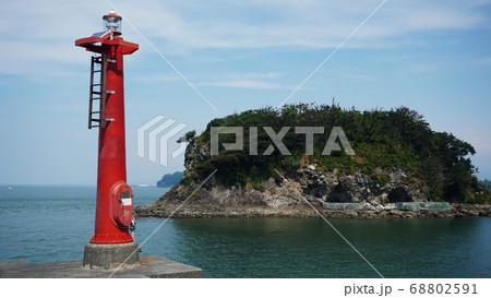 沼津市にある静浦漁港の堤防の先から見る防波堤灯台と西郷島 68802591