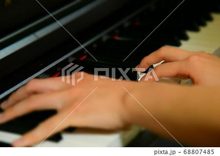 ピアノを練習する女性の鍵盤アップ 68807485