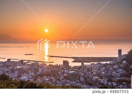 《静岡県》熱海の夜明け・太平洋から昇る太陽 68807553