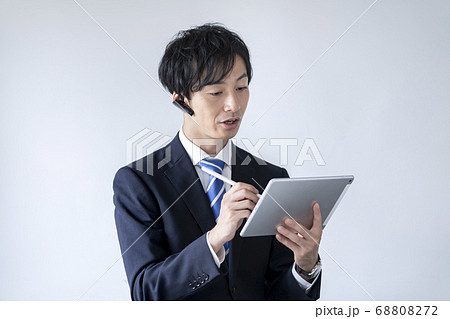タブレットにペン入力するスーツ姿の男性 68808272