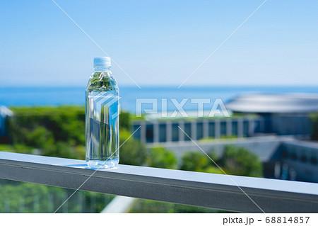 水平線と自然と綺麗なミネラルウォーター ペットボトル 68814857