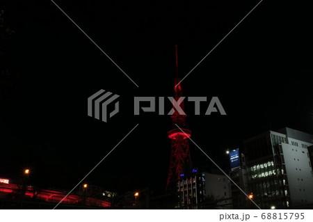 名古屋市のテレビ塔とビル群の街並みと夜景 68815795