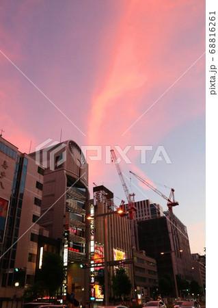 名古屋市のビル群の街並みと夕焼けの空 68816261