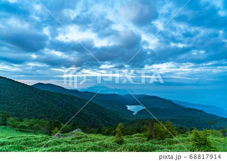 【朝素材】早朝の大菩薩嶺の山頂付近 68817914