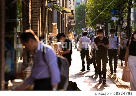 日本の東京都市景観 神田神保町・北向きに店が並ぶ古書店街に束の間の西日が直撃=8月25日 68824792