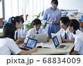 グループワークをする中学生 68834009