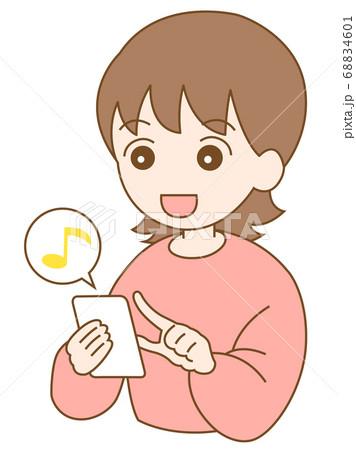 スマホを使っている笑顔の女性と音符のマーク 68834601
