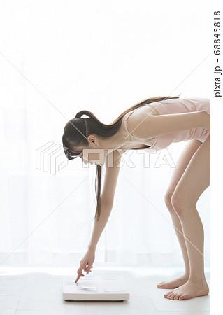 体重計を設定する女性 68845818
