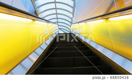 神戸メリケンパークオリエンタルホテル付近のエスカレーターの風景 68850416
