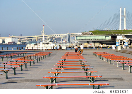 コロナ禍のイベント用ベンチの配置をする赤レンガ倉庫広場 68851354
