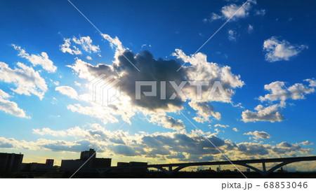 日暮里・舎人ライナーと空と雲の風景 68853046