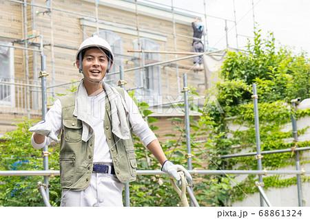 建築現場で働く若い男性作業員 68861324