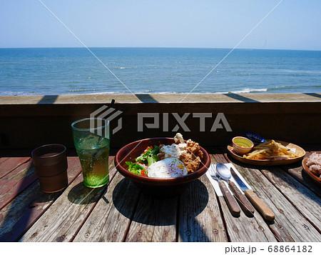 夏の海辺のカフェのハワイアンランチ 68864182