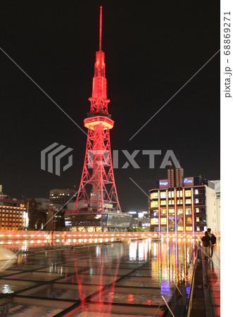 赤いライトアップのテレビ塔(縦) 68869271