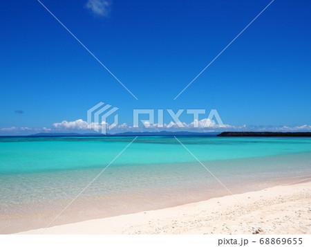 ターコイズブルーから白い砂浜へのグラデーション 68869655